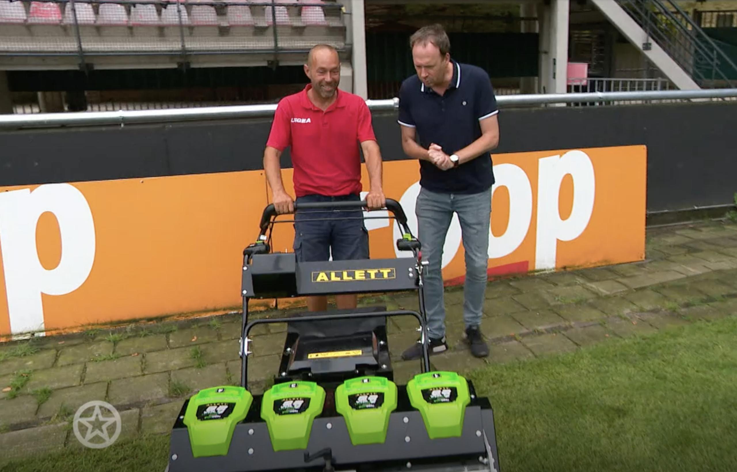 Jochem van Gelder met de grasmeester en de Alett maaimachine bij N.E.C. Nijmegen