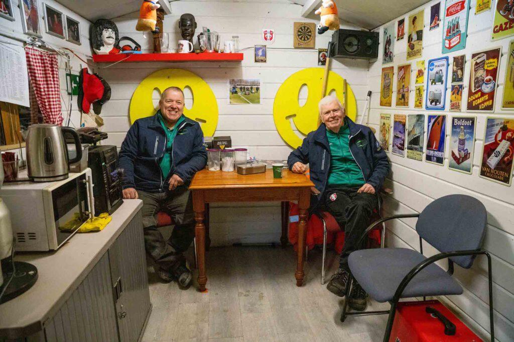 Vrijwilligers Arie Heester en Jan Kijkuit van FC Dordrecht - foto Cees van der Wal