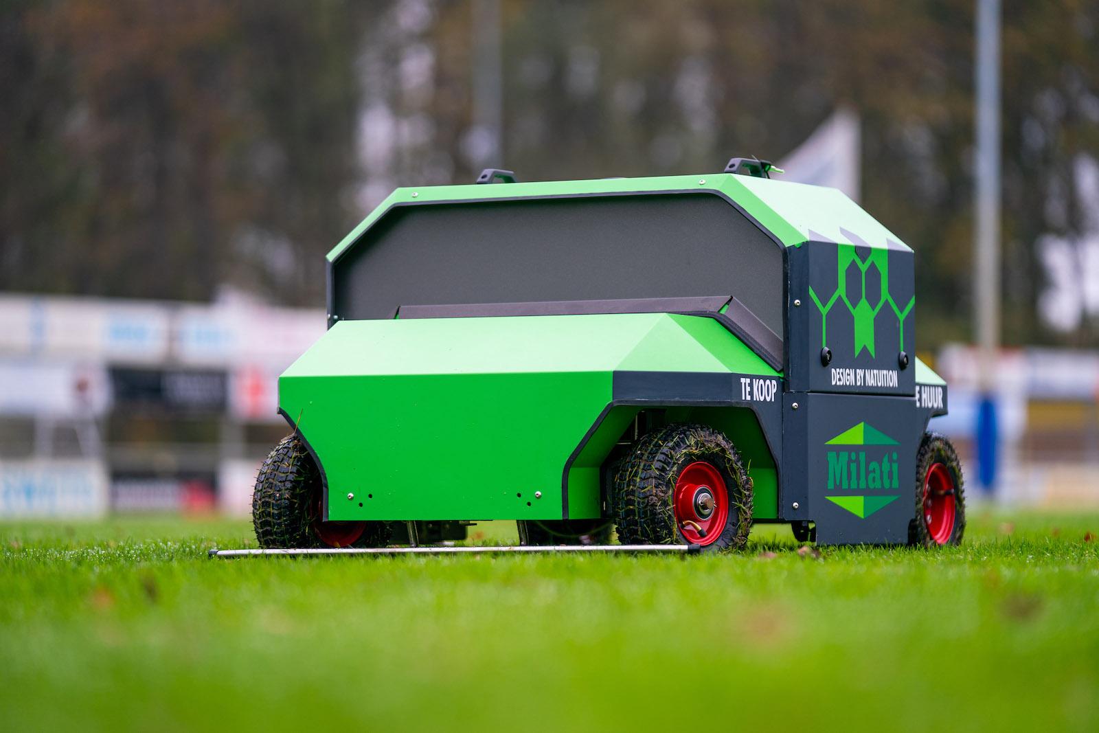 Milati Violette onkruidrobot in actie op het gras